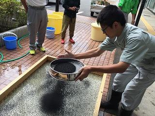 コーヒー灰:竹紙の型枠にコーヒーの灰をふりかける。