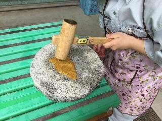 繊維たたき:竹の繊維を木槌でたたいて細かくすることで竹紙の原料となる。