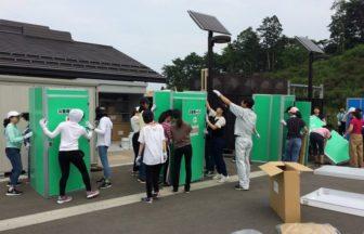 【マンホールトイレ組み立て訓練@宮城県東松島市】 被災地ボランティア研修で東松島市を訪問して,市の職員の方とマンホールトイレの組み立てを行いました。マンホールトイレ環境の改善に生徒たちのアイディアを役立ててくださっています。